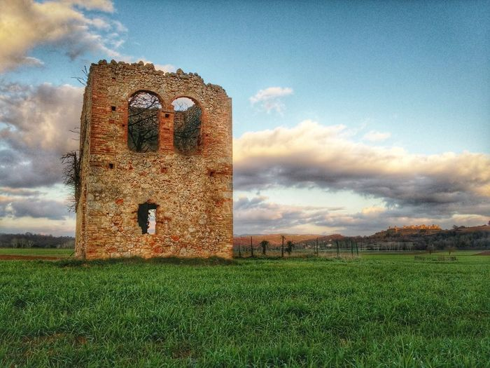 Here is a story Monteriggioni Siena Toscana Tuscany Italia Italy Tuscanybuzz Tuscan Countryside Old Buildings Abandoned Places Abandoned Tower Ancient Ancient Architecture Ruins Rovine Vintage Old House Abbandonato Edifici Abbandonati Landscape Castle