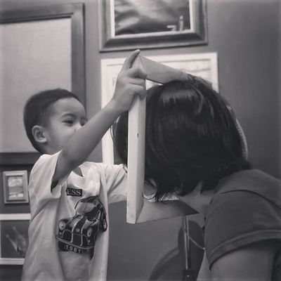 -Ibu di-framing ya, J :) Inspiringpeople Inspirethemoment People Figure Kids Bw_style BW_photography Bw Blackandwhite Humaninterest Hitamputih Lovely