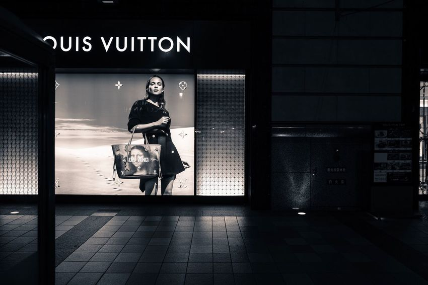 Untitled : Stockphoto Louis Vuitton collaboration Da Vinci Night Lights Street Fashion Displaydesign Street Photography Light And Shadow On The Street Corner , LEICA Q Typ116 28mm F/1.7 Lowlightphotography Handheld Exposure Full Length No crop No flash Lightroom Mobile for iPad Black And White edit plus Walking Around Tenjin, Fukuoka Japan Photography de Good Friday EyeEm mate