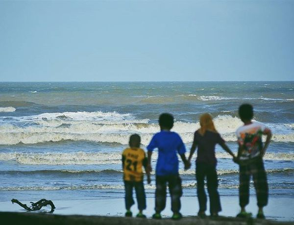 a group of children can only see the beach with strong waves and unfortunately they did not bathe because of the monsoon on the east coast Vscocam VSCO Vscomalaysia Amalaysianphoto Mshjournal Monsoon