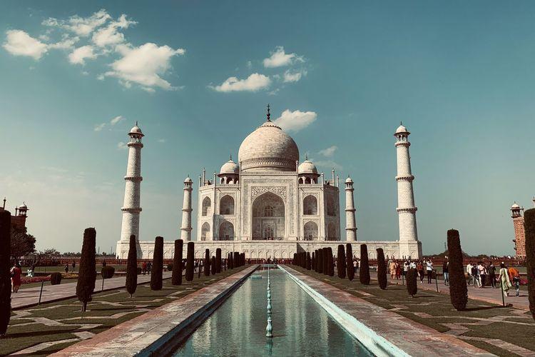 Taj mahal against cloudy sky
