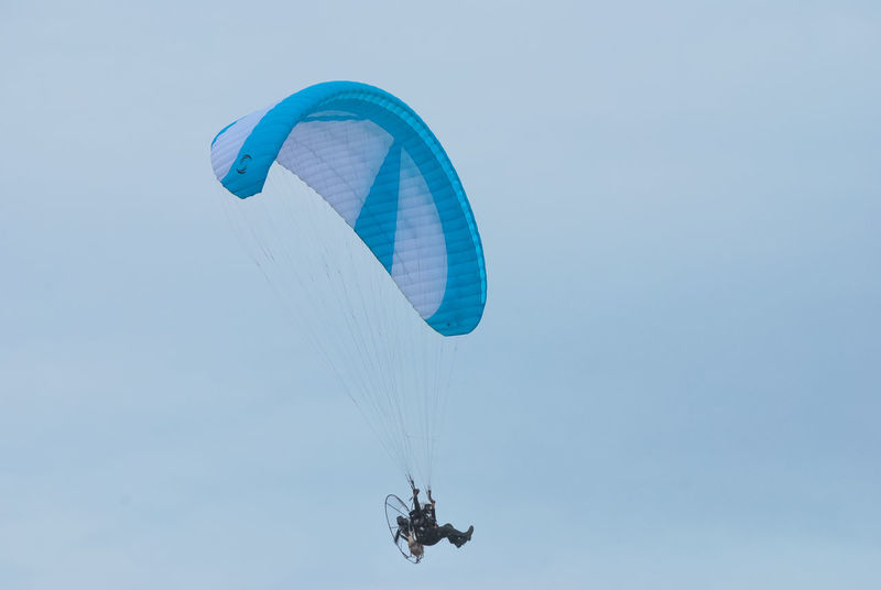 The Flying Low Angle View No People Day Outdoors Nature Beauty In Nature Close-up Sky Minimalist Photography  Minimalist Paramotor Paralayang Sports Photography Aero Sport Parachute In The Sky Mid-air Paragliding Fly Flying Flying In The Sky Flying Away