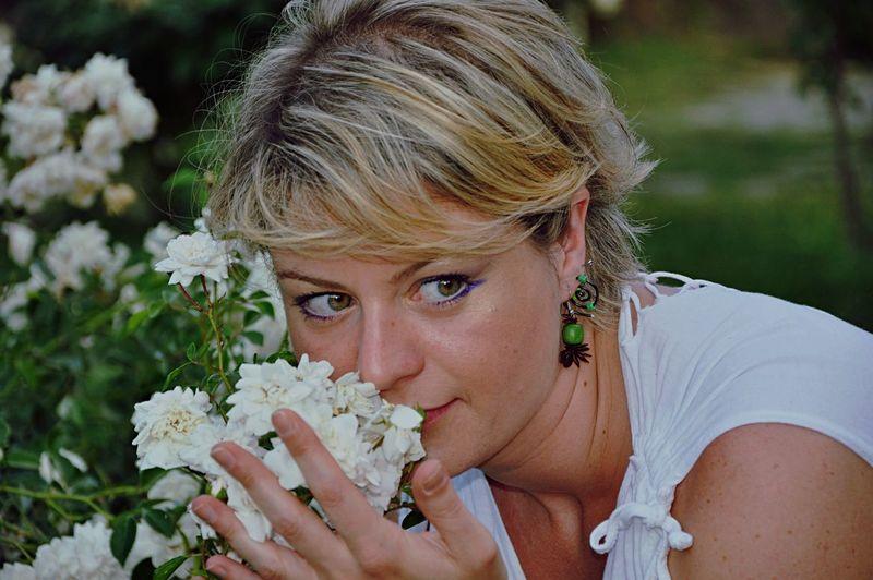 Color Portrait Nikond90 Picking Flowers  Enjoying Life Sunny Day Getting Inspired NEM GoodKarma Beauty The Portraitist - 2015 EyeEm Awards