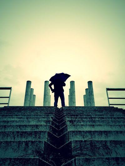 Il y a une différence entre savoir abandonner et savoir passer à autre chose: cette différence s'appelle la confiance et avec elle voir de l'avant. Il n'y a pas plus simple que de se remémorer les erreurs du passé, notre conscience sait très bien le fai Parapluie Sous La Pluie Escaliers