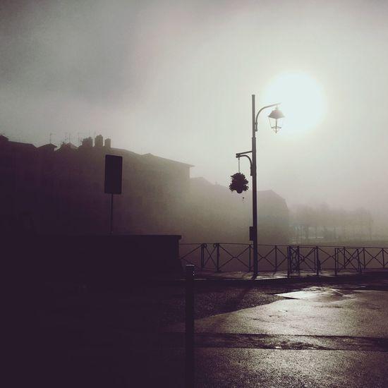 Bayonne sous la brume Pays Basque Sky Light Bayonne Bayonne France Brume Matinale Brumes Hivernales Candelabre Lampadaire