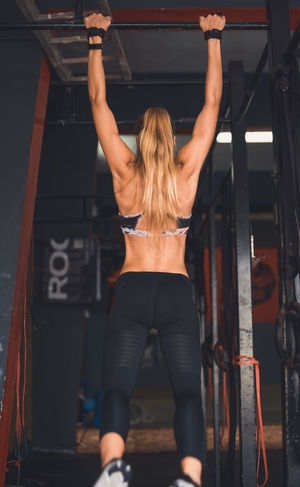 Exercising Indoor Activities Musculation  Squat Blonde Exercising Cross Training Crossfit Crossfit Girl Energy Exercising Kettlebell  Kipping Lifestyles Muscular Build One Person People Real People Sport Clothing Strength Stretching Strong Woman Training Weightlifting Workout Young Women