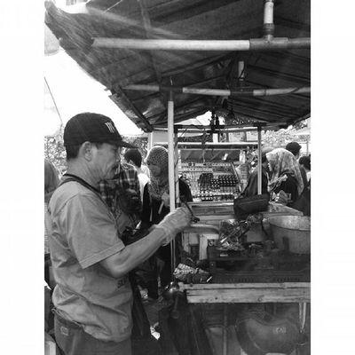 """ Diantara "" Ekspresi dalam Ceritapagi Pasar Sunmor UGM Yogyakarta INDONESIA Indah Thebeautyofindonesia Trip to Jogja Istimewa Lenovotography Blackandwhite Pocketphotography Photostory Lzybstrd Journey"