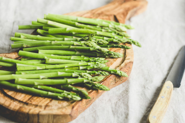 Healthy Eating Food And Drink Food Green Color Vegetable Freshness Wellbeing Indoors  Still Life Asparagus High Angle View Close-up No People Selective Focus Raw Food Table Green Bean Wood - Material Focus On Foreground Studio Shot