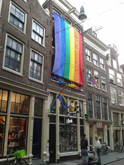 Regenbogenfahne in den Straßen von Amsterdam. Architecture Building Exterior Multi Colored Built Structure City Outdoors Day Travel Destinations No People Politics And Government Rainbowflag Lesbian Amsterdam Gay Tolerance