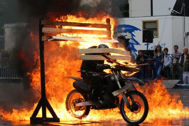 Feuerprobe Spektakulär Motorsport Burning Fire Fire - Natural Phenomenon Heat - Temperature Occupation Real People Flame