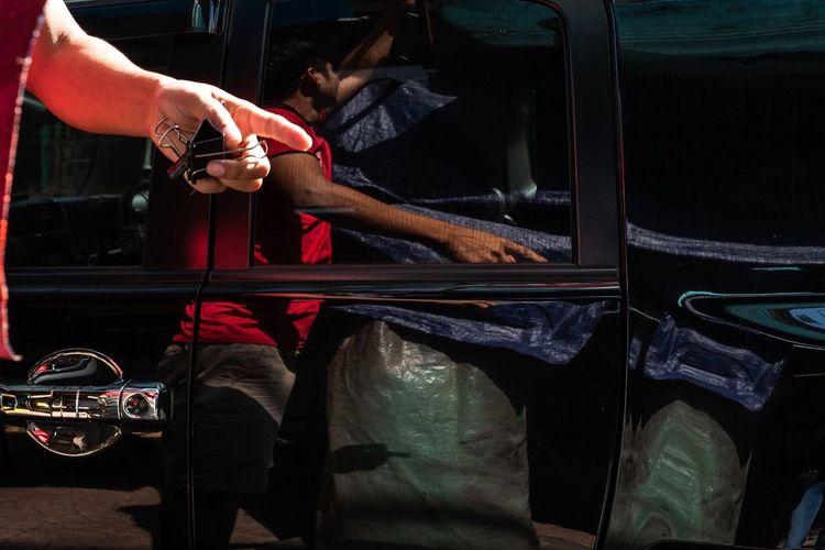 Street EmyGuerreroFotografia Urbanphotography Street Light Reflection Streetphotography Real People Hand One Person Human Body Part Holding Sunlight Working Finger