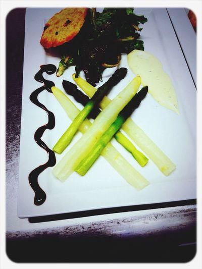 Salade d'asperges, mache, chips de parmesan, et reduction de vinaigre balsamique Cuisine