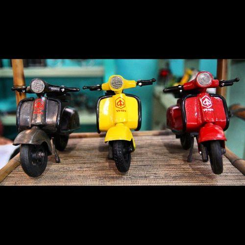 Black vespa, yellow vespa, red vespa.. Choose one and lets get ride :) @uchie_uch yuuuuukkk cuuussss <3 Vespa Blackvespa Yellowvespa Redvespan oldvespa classic miniatur