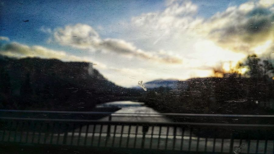 Streetography Straßenfotografie Mobile-clips Im Vorbeifahren Drivebyphotography Drivebyography Morning Clouds Sonnenaufgang Im Bus Drivebyshooting Scratched Window Scratched Glass Zerkratztes Glas Windowing