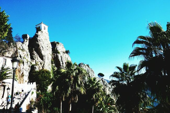 Guadalest, Costa Blanca Spain Lovetheimage Guadalest SPAIN España Costablanca Costa Blanca White View Blue Sky Beautiful Architecture Village Architecture_collection Architecturelovers Church Palm Trees Palm Palms