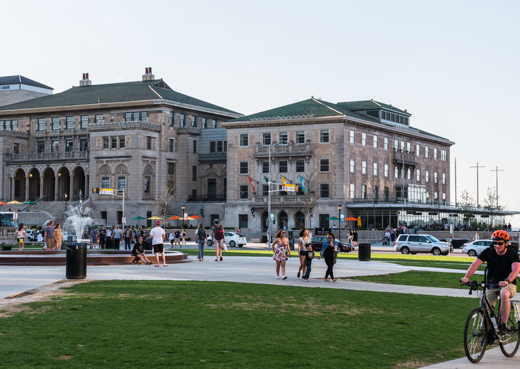 MADISON, WISCONSIN - MAY 07, 2018: The center of the Library Mall park bustling with activity at the University of Wisconsin. Campus University Of Wisconsin Students Walking Weather Summer William Hagenah Library Mall Fountain College Town Socializing Park Madison Hangout Historic University