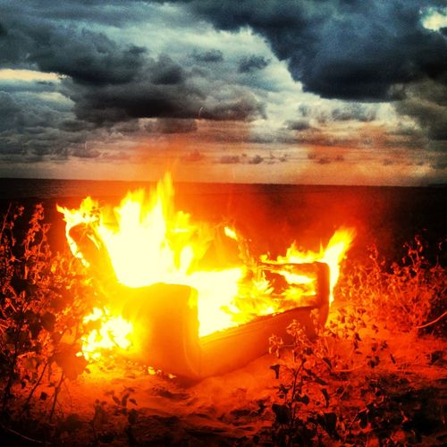 Yanan hayaller mi yoksa o hayaldeki gerçeklermi bilmemişiz Savurmuşuz o yangındaki kor alevli külleri Sevmişiz bilmeden körü körüne Sevmeyi sevmişiz Sevgisizliklere vermişiz emekleri...