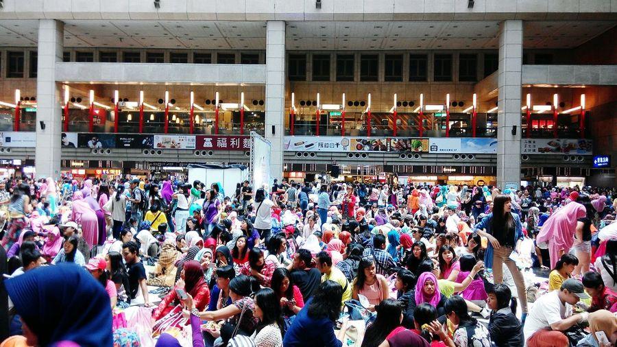 "Minggu,19 juli 2015 Sekitar 60.000 Orang indonesia (Buruh Migran Indonesia) memenuhi aula Taipei Station untuk merayakan Hari raya Idul Fitri,bersilaturahmi,halal bihalal,makan & poto"" bersama Iedmubarak Idulfitri2015 Muslim Indonesian People's Moment"