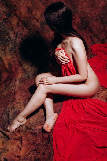 Fabrics Nude-Art Nude_not_porn Covering Full Length Nude_model Nudeartistic Nudeartphotography Nudeshoot Nudewomen Nüde Art. Red Red Color Sitting Young Women