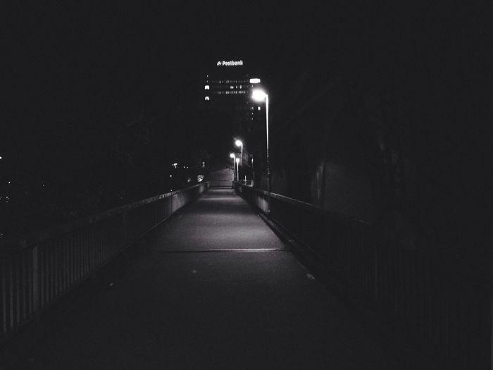 Silhouette in der Nacht Schwarz & Weiß Urban