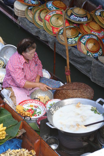 Casual Clothing Cooking Day Floating Market Food Vendor Lifestyles Market Stall Sitting Thailand Woman