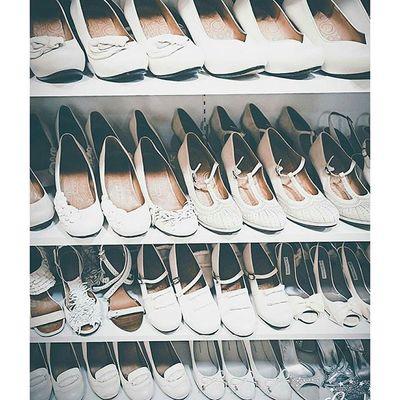 ご新婦様のチョイスを待つホワイトの靴達。。。 安定感がありお洒落な靴から華やかなものまで。。。 レンタルは勿論、一部ご購入やオーダーメイドも承ります。。。 ウェディングドレス クリオマリアージュビジュー ドレス Cliomariage Weddingdress Dress ドレス カラードレス クリオマリアージュ ガーデンウエディング Wedding ウェディング 結婚 結婚式 結婚式準備 タキシード Accessory アクセサリー ヘッドドレス ギフト ブライダル Fashion ファッション ナチュラル プロポーズ 渋谷撮影前撮りプレ花嫁記念日結婚準備