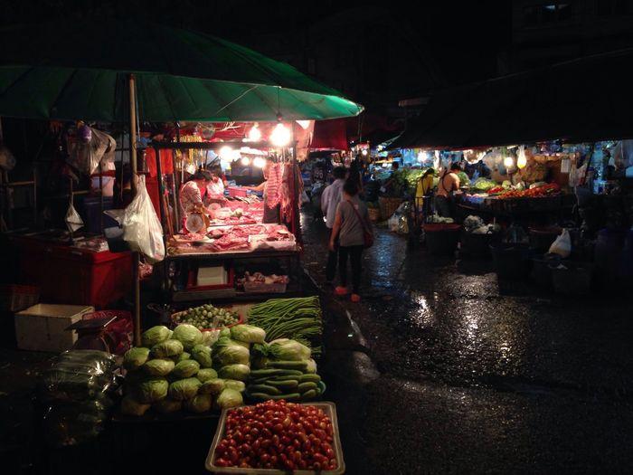 Khlong Toei Market, Bangkok Market Marketplace Market Stall Asian Market Fresh Food Bangkok Bangkok Thailand. Klong Toei Khlong Toei Night Night Photography Nightphotography Streetphotography Street Photography