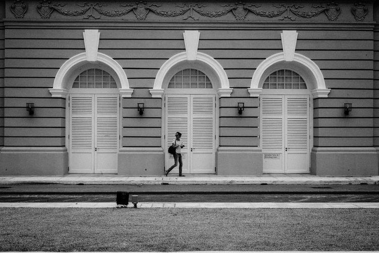 Lost? Blackandwhite Streetphoto_bw Streetphotography People Monochrome Symmetrical