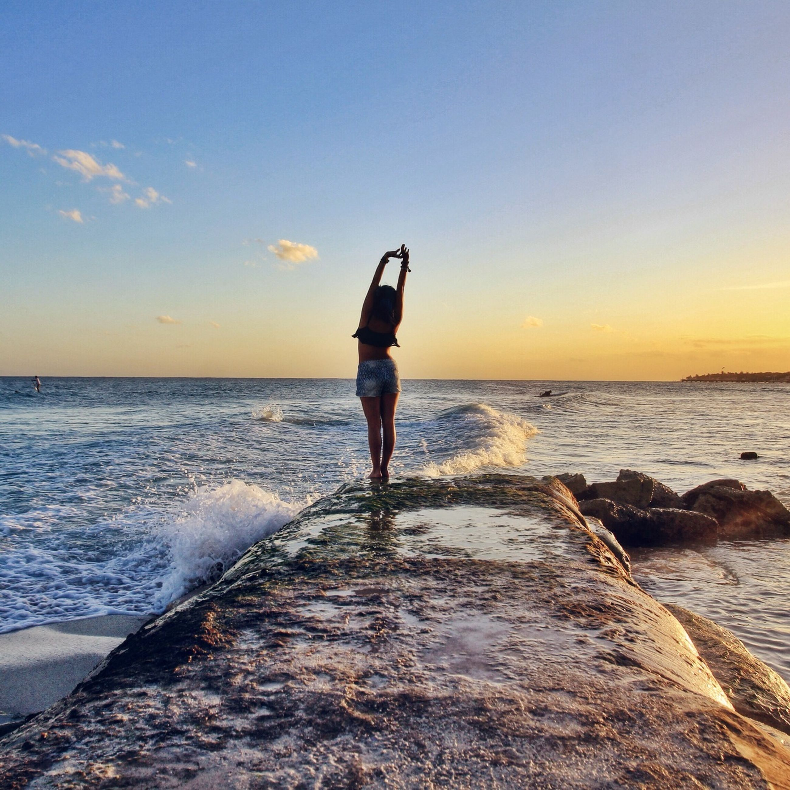 sea, water, full length, lifestyles, rear view, standing, leisure activity, horizon over water, beach, sky, sunset, scenics, tranquil scene, beauty in nature, tranquility, shore, casual clothing, walking
