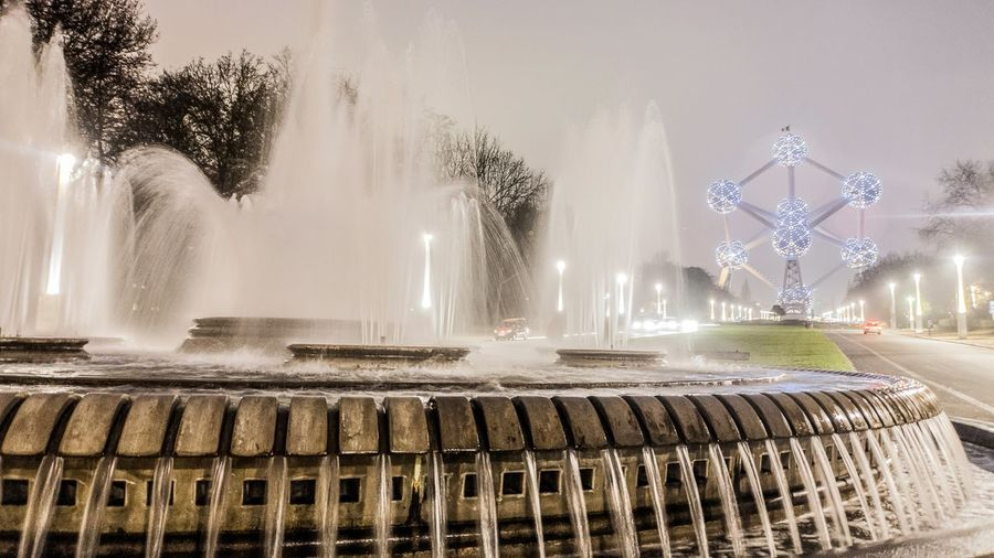 Holiday in Belgium - Blurring view of Atomium and fountain during foggy winter 1958 André Waterkeyn Architecture Atomium Atomium.Belgique. Atomiumbrussels Avenue De L'Atomium Belgium Brussels Brussels❤️ Bruxelles Cold Expo 58 Fountain Fozzy Jean Pierre Zaugg No People Outdoors Pond Winter World Expo