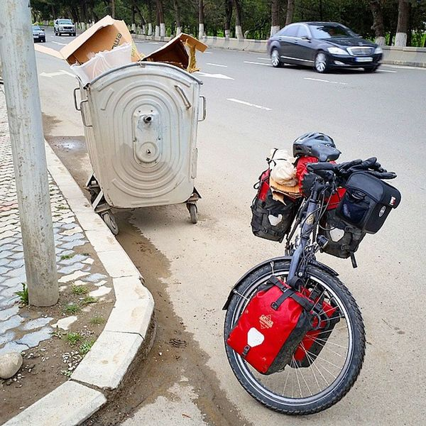 Luckely I found some things to prepare my bike for the flight. 😂 Now it should be covered enough and protected against flight transport. Biketouring Biketour Cycling Fahrrad Fahrradtour Georgien Georgia Caucasusbybike Caucasus Travel Instatravel Reisen Reise