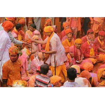 Ishanagarwalphotography Welcoming Nandgaontemple Temple devotees hinducourtyardholi lathmarholinandgaonbarsanasamajholi2015pinkgreenOrangeredpinkfestivalkrishnagopicoloursitsindiaindiaincredibleindiaoffsetimagesoffsetartist