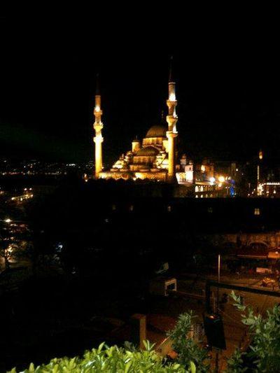 İki gözümmm sultanım İstanbul. !! Galaxy S3 Street Photography Hello World Hugging A Tree Hello World .