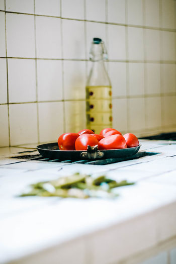 Preparando una salsa mexicana. Close-up Domestic Kitchen Domestic Room Flooring Food Food And Drink Freshness Fruit Healthy Eating Home Indoors  Kitchen Kitchen Counter No People Red Selective Focus Tile Tomato Vegetable Wellbeing