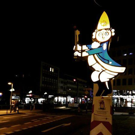 Allaaf leev Jecke! Allaaf Heumarkt  Köln Karneval Undwennettrömmelschejeht Losmerfiere Cologne Dumingkölleamrinhg Feiern Party Freumichnenkeks Behappy Instafollow Instapic Instaday