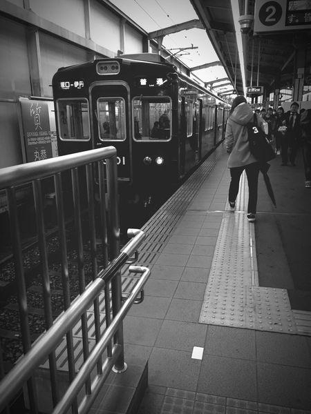 Buisiness Trip 出張 Hankyuitami 阪急伊丹 かなりキレイになってる ぼくが知ってる伊丹駅はこんなじゃなかった IPhoneography Blackandwhite