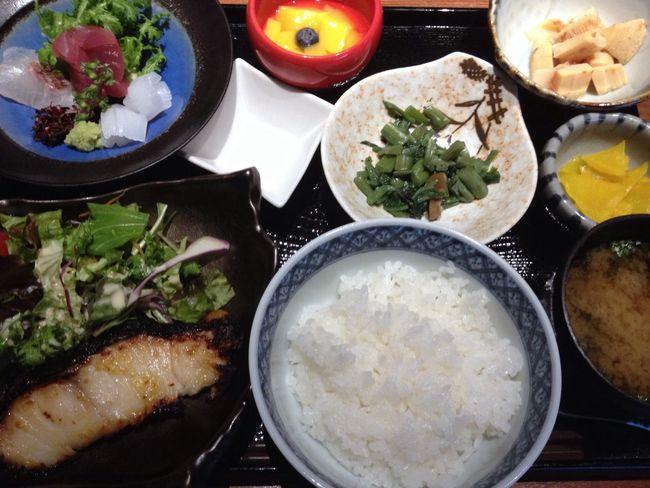刺身と銀たら西京焼き定食。1480円。