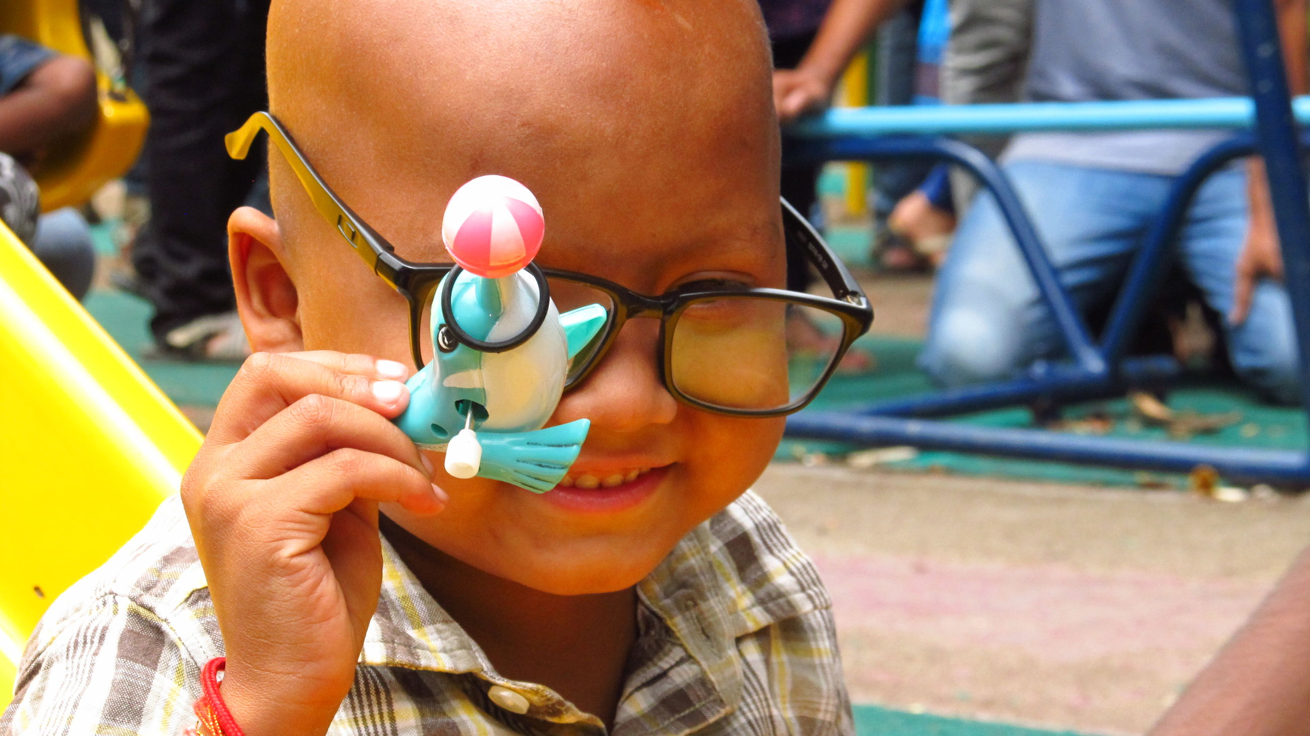 focus on foreground, leisure activity, lifestyles, headshot, holding, close-up, sunglasses, front view, person, carefree
