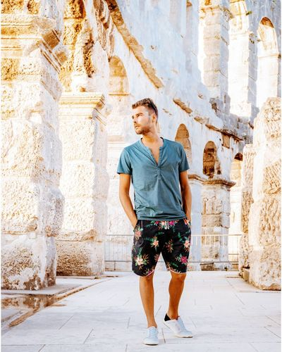 Young Tanning Mensfashion Amphitheater Pula Croatia Arena City Man White Pula Croatia Arena Casual Clothing Casual Casual Look Men Standing Full Length Front View Casual Clothing Street Art Urban Scene City Location Cityscape Thoughtful Historic Settlement Skyline Thinking Pretty