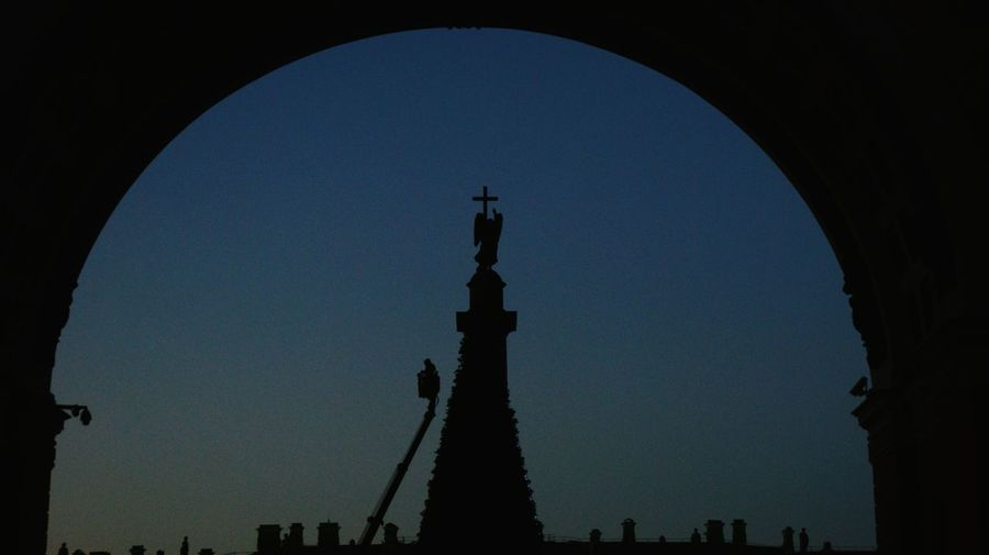 Alexander Column Christmas Tree and Worker Silhouettes. Sony A350 SONY Alpha350 Silhouette Travel Destinations Sky Darkness And Light Arch Architecture Architectural Feature Dark Architectural Column Composition Framed BYOPaper!
