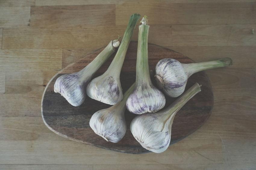 top view of fresh garlic on cutting board Garlic Healthy Healthy Eating Vegetable Wood - Material Vegetable Garlic Close-up Burlap Plant Bulb Raw Food Ingredient Cutting Board Garlic Clove Garlic Bulb Raw