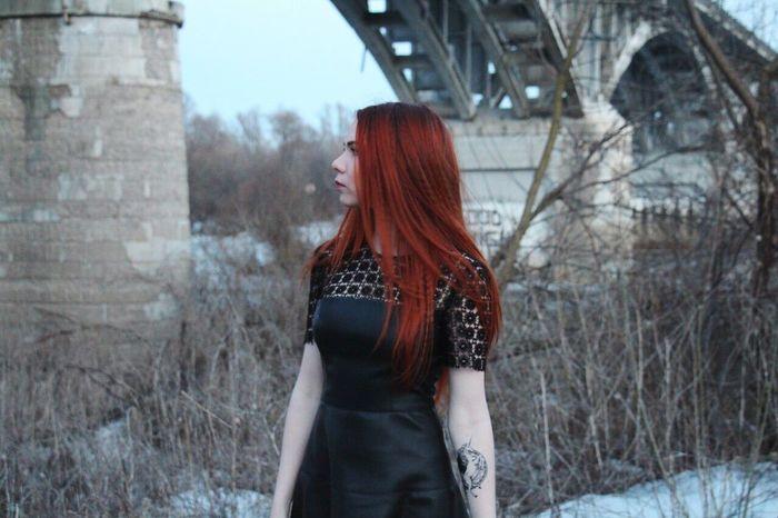 рыжая девушка мост Россия Владимирскаяобласть весна Girl река Russia Beautiful Beauriful EyeEm Tattoo Blackdresses Black Dress