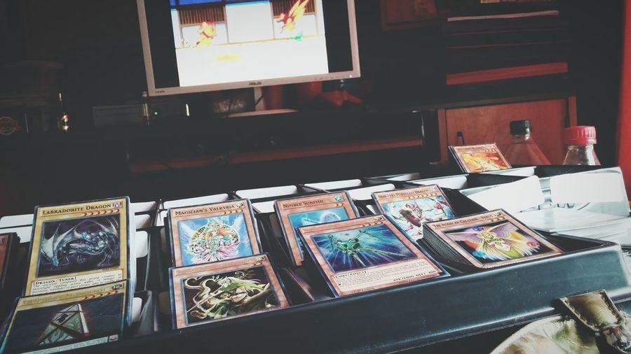 私の彼氏は眠っています、そして私が遊☆戯☆王のカードを組織し。この雨の日に一日中ポケモンを見てきました。 雨 カート 遊☆戯☆王 遊☆戯☆王のカード 整理 雨が降りました。 ポケモン ポケモンを見て