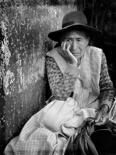 """Piensa Paciencia"" Hat Looking At Camera Portrait One Person Only Women Outdoors People Streetphotography Real People Blackandwhite Extrañoelegido Monochrome Cochabamba EyeEm Best Shots - Black + White EyeEm Best Edits Bolivia Close-up"