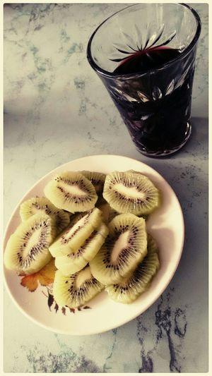 Eating a snacks . . . .waiting the lunch🍷🍈 kiwi and chicha morada Food Healthy Food Kiwifruit Chicha Morada Fresh