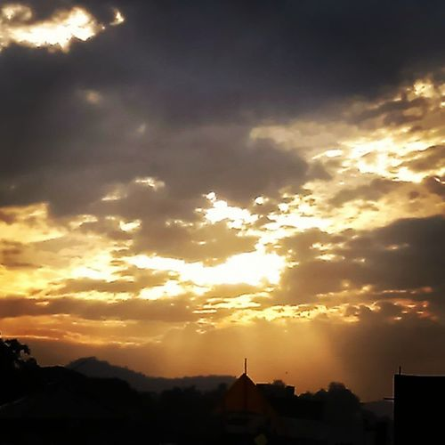 Sunrays_penetrating_clouds
