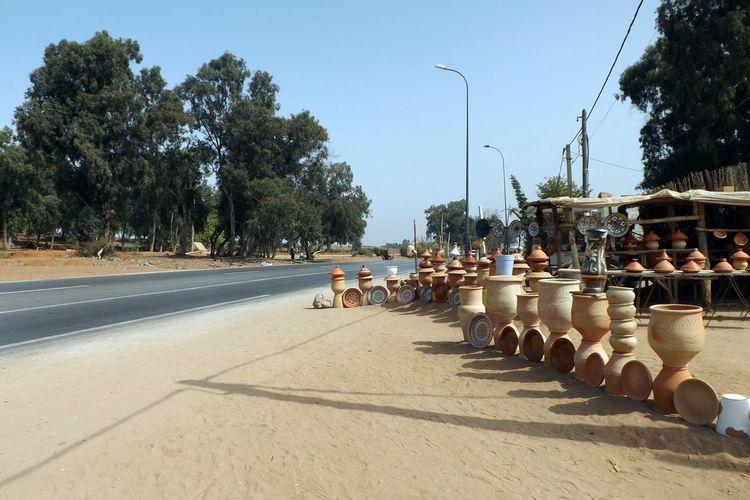 Nature Poterie Arbres Artisanat Ciel Day Industrie Marchandises Maroc No People Nord Afrique Outdoors Paysage Poteaux électriques  Pots Presentetion Route Sans Nuage Sky Sunlight Tree