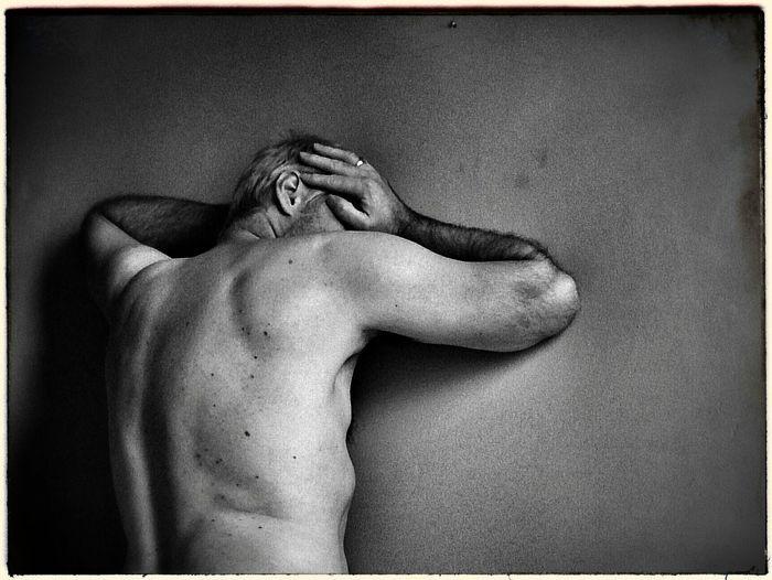 """""""L'amour est passion, obsession, quelque chose sans lequel tu ne vis pas, et moi je dis : jette toi à corps perdu, trouve quelqu'un à aimer à la folie et qui t'aime de la même manière. Comment le trouver ? Bah, oublie ton cerveau et écoute ton coeur."""" Frederico Moccia. NEM Memories NEM Self The Portraitist - 2014 EyeEm Awards EyeEm Bnw"""
