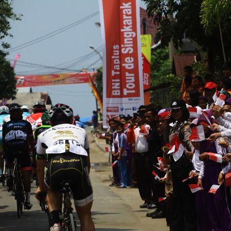 Peserta tour de singkarak disambut meriah oleh siswa-siswi saat melintas di depan sekolah mereka @bni46 Bnitourdesingkarak INDONESIA @yorrifarli @bakkarhabsyi TourDeSingkarak Tourdesingkarak2015 Sumbar_rancak Gowes Cyclingteam