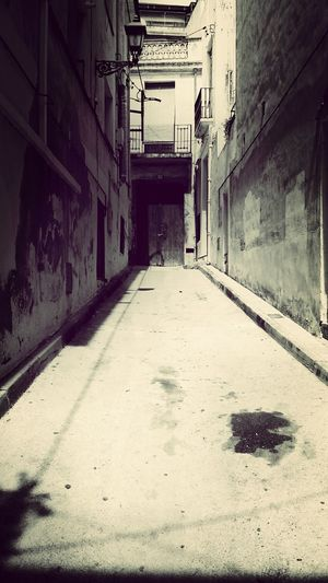 Miro a mi alrededor pensando en lo bonitas que son las calles y lo podrida que esta la gente Arenys De Mar Paseando Por Calles Antiguas Black & White Soledad